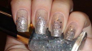 Дизайн нарощенных ногтей, серый градиентный маникюр с блестками