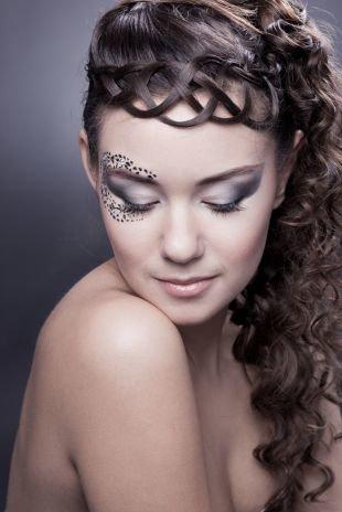 Модные женские прически, восхитительная прическа на выпускной для длинных волос с плетением