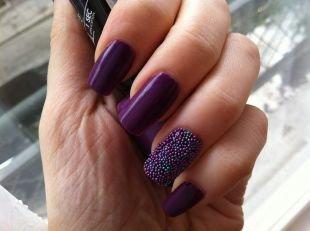Разный маникюр на ногтях, фиолетовый икорный маникюр на выпускной