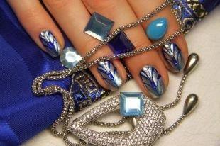 Дизайн ногтей со стразами, серебристый маникюр с синими узорами