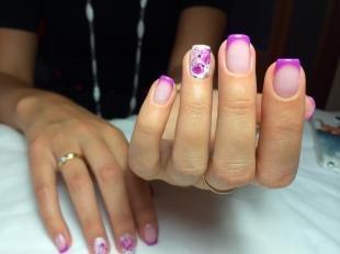 Французский маникюр на коротких ногтях, фиолетовый френч с цветами