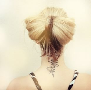 """Прически на выпускной на средние волосы, прическа небрежный """"бант"""" из волос"""