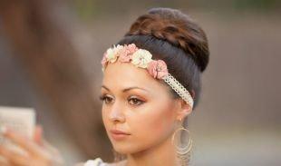 Прически в стиле стиляг, прическа на выпускной для длинных волос с украшением