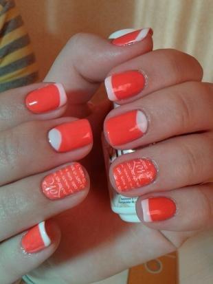 Коралловые ногти с рисунком, модный маникюр с надписями