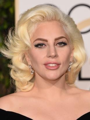 Белый цвет волос на средние волосы, прическа в стиле мэрилин монро