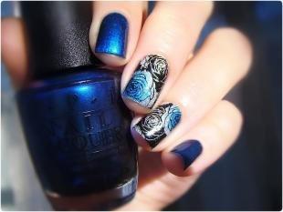 Маникюр с розами, черно-синий дизайн ногтей с розами