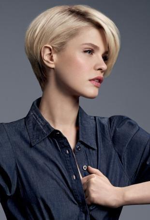 Холодно бежевый цвет волос, модная женская стрижка на короткие волосы
