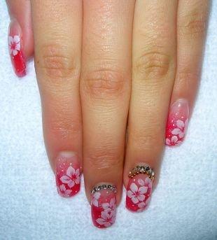 Простейшие рисунки на ногтях, ярко-розовый маникюр с белыми цветочками и камнями на нарощенных ногтях