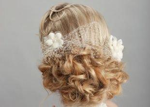 Свадебные прически на бок на средние волосы, прическа гетеры