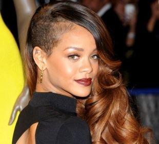Золотисто каштановый цвет волос на длинные волосы, эпатажная длинная стрижка с выбритыми висками
