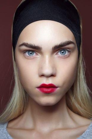 Цвет волос холодный блонд, прическа на длинные волосы с широкой повязкой