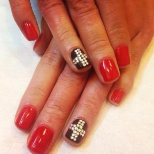 Коралловые ногти с рисунком, черно-красный маникюр с крестами из страз