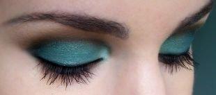 Темный макияж для шатенок, очаровательный макияж для зеленых глаз синими тенями
