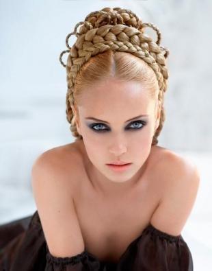 Светло медный цвет волос, прическа на фотосессию в средневековом стиле