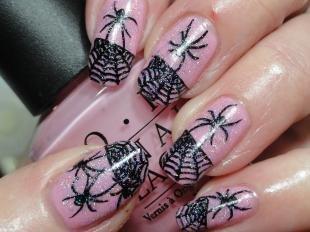 Черный френч, пауки и паутины на ногтях