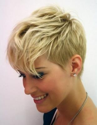 Цвет волос натуральный блондин, стильная стрижка пикси