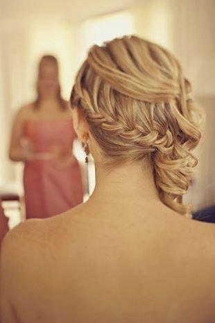 Греческие прически на выпускной на длинные волосы, стильная прическа с косой