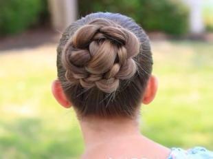 Прически на выпускной в садике, повседневный пучок из косы