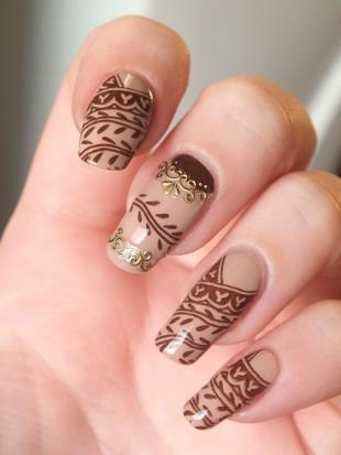 Рисунки акриловыми красками на ногтях, бежево-коричневый маникюр с оригинальным орнаментом