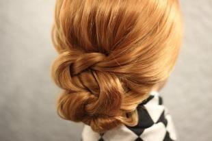 Светло медный цвет волос, оригинальный вариант прически низкий пучок