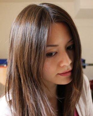 Прическа каскад на средние волосы, мелирование на темные волосы светло-коричневыми прядями