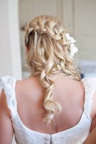 Мелирование на светлые волосы, обворожительная прическа французский водопад