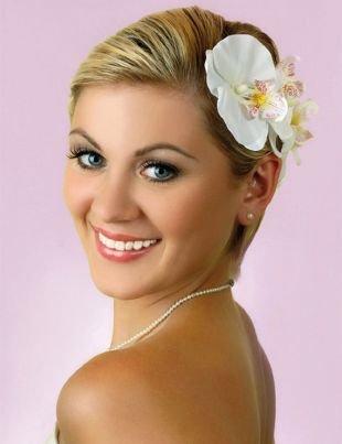 Прически с цветами на короткие волосы, свадебная прическа на короткие волосы, уложенная набок