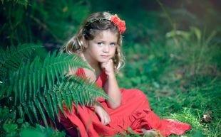Модные прически для девочек, детская прическа на выпускной с цветком