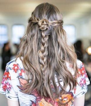 """Цвет волос темный блондин, прическа на 1 сентября с косой в стиле """"бохо"""""""