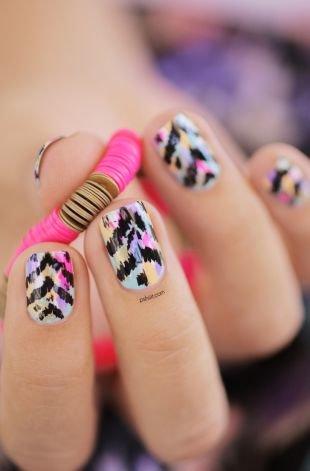 Абстрактные рисунки на ногтях, экзотичный маникюр с узором на коротких ногтях