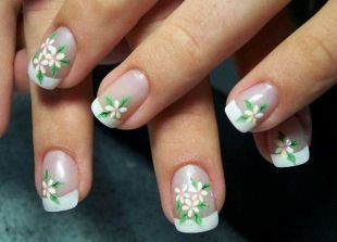 Двухцветный маникюр, френч на коротких ногтях с рисунком-цветами