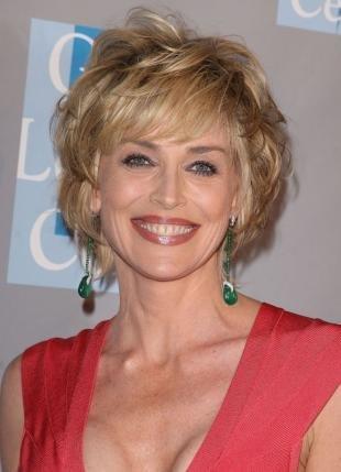 Цвет волос темный блондин, элегантная прическа для женщин после 40 лет