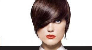 Цвет волос морозный каштан, стильная стрижка с челкой на короткие волосы