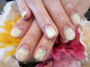 Рисунки акриловыми красками на ногтях, разноцветный лунный френч на коротких ногтях