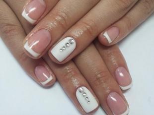 Дизайн ногтей френч, белый френч со стразами