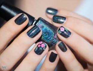 Интересные рисунки на ногтях, темный блестящий маникюр с цветами на короткие ногти