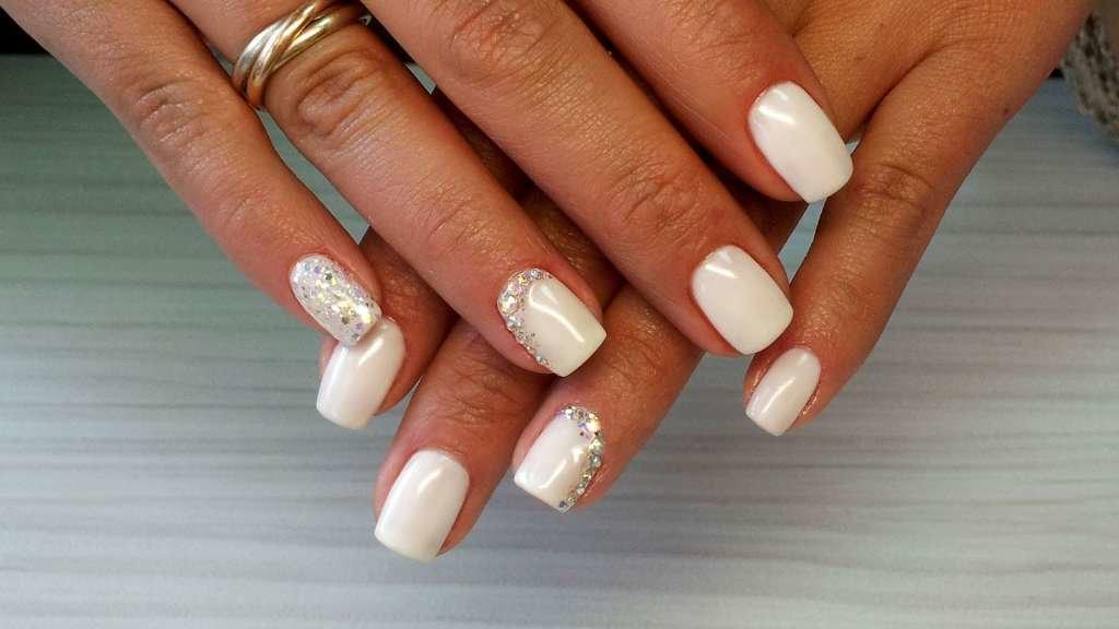 Дизайн белый ногтей со стразами