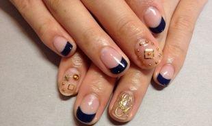 Геометрические рисунки на ногтях, темно-синий французский маникюр (френч) со стразами
