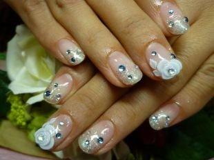 Дизайн ногтей с блестками, французский маникюр (френч) на коротких ногтях с розами и стразами