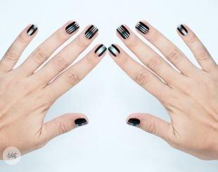 Современные рисунки на ногтях, черный маникюр с полосками на короткие ногти