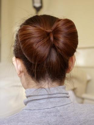 Медно каштановый цвет волос, оригинальная прическа для офиса