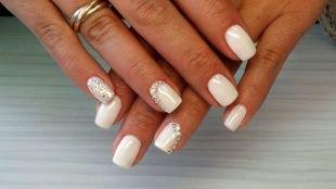 Нарощенные ногти, белый маникюр со стразами