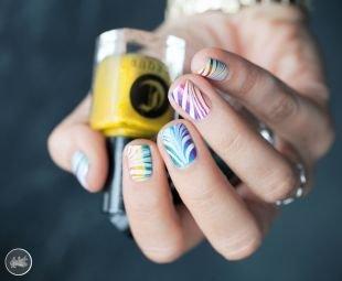 Современные рисунки на ногтях, модный маникюр с градиентом и белыми полосками