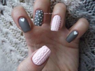 Модные рисунки на ногтях, вязаный маникюр с белым горошком и сердечками
