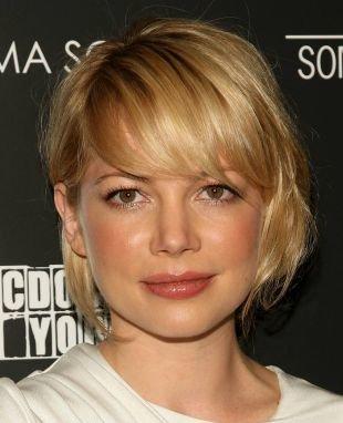 Цвет волос медовый блонд, прическа для круглого лица - короткий боб