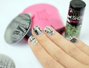 Модный дизайн ногтей, черно-белый маникюр с буквами