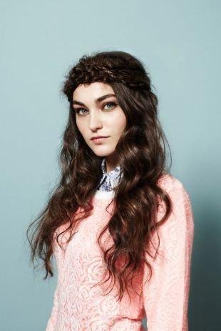 Коричневый цвет волос, прическа с косой в стиле «бохо» вокруг головы
