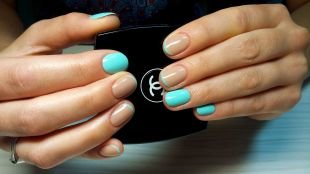 Мятный маникюр, френч на короткие ногти в бежево-голубой гамме