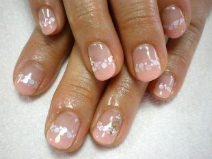 Персиковый маникюр, бежевый французский маникюр на коротких ногтях