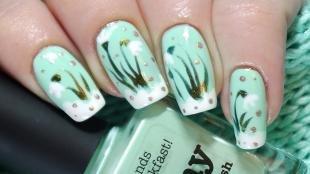 Белый френч с рисунком, маникюр с подснежниками на длинных ногтях